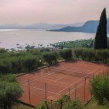 Das Tennistraining und die Tenniscamps finden auf den 7 Sandtennisplätzen der Tennisanlage Arca statt, die sich genau unterhalb der Appartementanlage befindet.