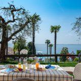 Das Restaurant mit Panoramaterrasse liegt direkt am Pool und verwöhnt die Gäste mit den bekanntesten italienischen Spezialitäten sowie mit lokalen Gerichten vom Gardasee und aus Venetien. Das Restaurant und die Bar sind den ganzen Tag über geöffnet. Der Service beginnt beim leckeren Frühstück und reicht bis zum abendlichen Absacker auf der Terrasse, die einen traumhaften Blick auf den Gardasee bietet. Sie haben auch die Möglichkeit im Rahmen ihres Aufenthalts Frühstück oder Halbpension zu buchen.
